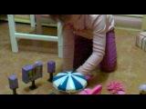 Таня (7 лет) играет дома Зубллс на английском